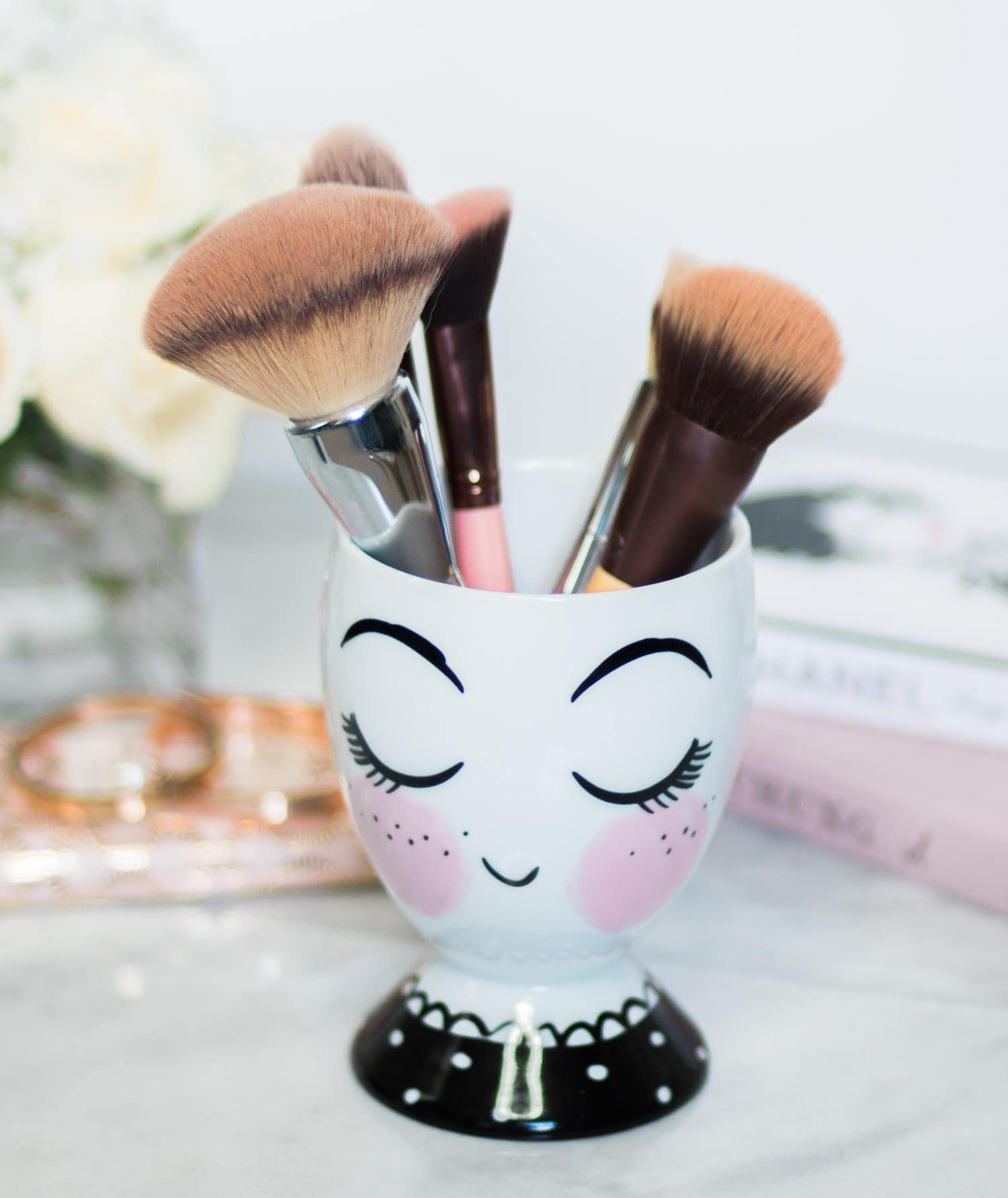 target-blushing-girl-with-eyelashes-makeup-brush-holder-4203