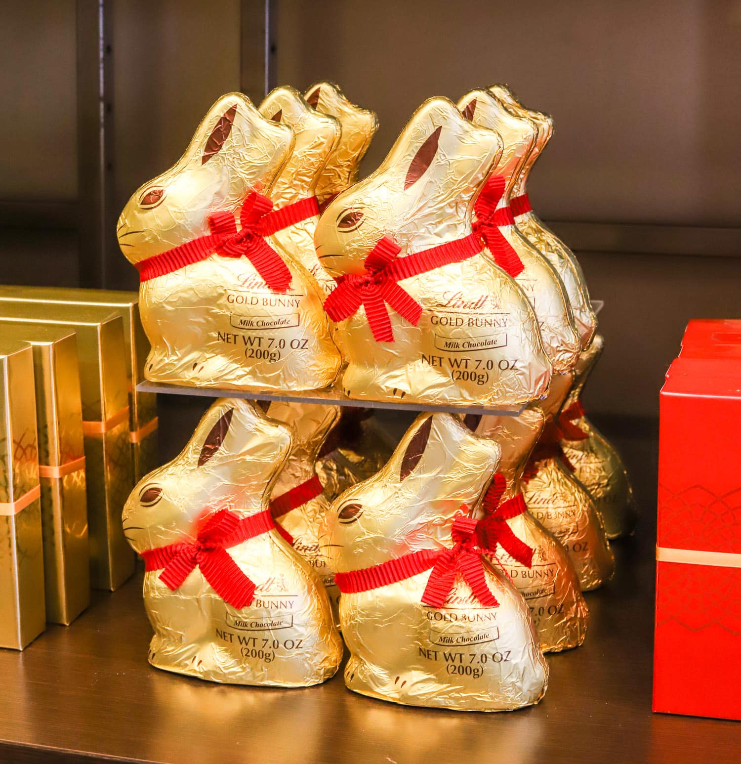 cute-easter-party-ideas-lindt-gold-bunny-easter-bags-easter-presents-lindt-chocolate